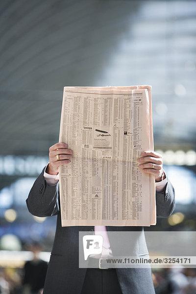 Ein Geschäftsmann lesen eine Zeitung  Stockholm  Schweden.