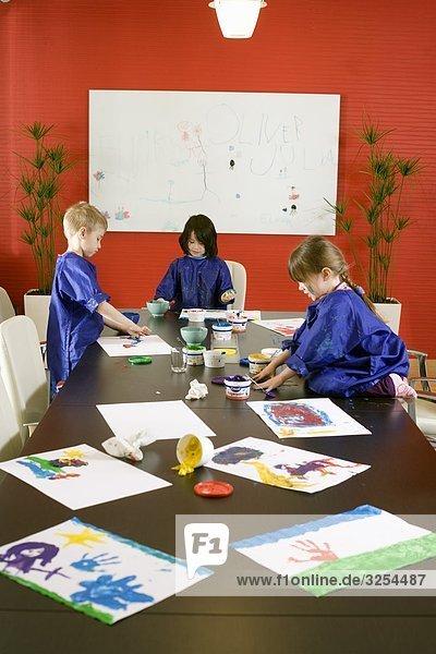 Kinder spielen in einem Büro  Schweden.