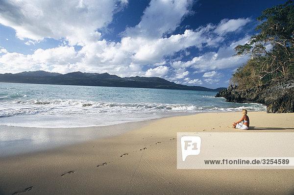 Eine Frau an einem Strand  der Dominikanischen Republik.