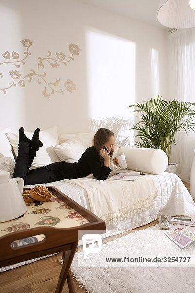liegend liegen liegt liegendes liegender liegende daliegen Jugendlicher Couch Mädchen skandinavisch