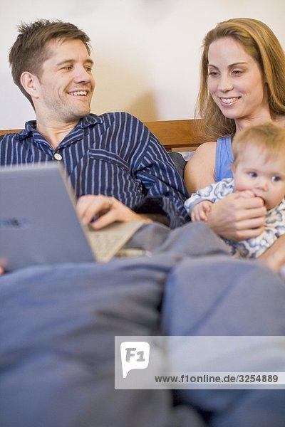 Eine Familie in einem Bett  Schweden.