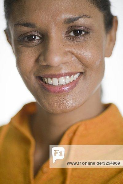Portrait of a smiling Woman in einen gelben Pullover.
