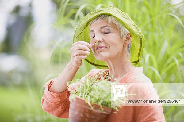 Frau im Garten Frau im Garten