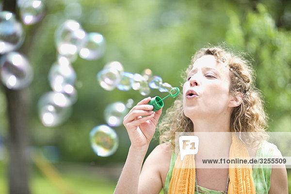 Junge Frau  die Blasen bläst