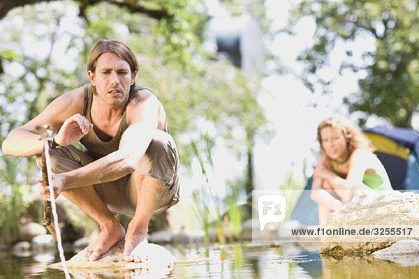 Mann und Frau am Fluss