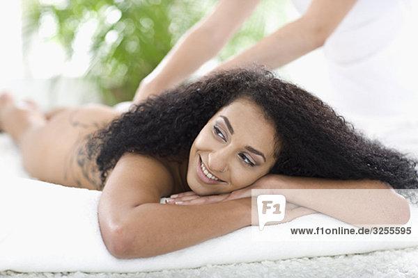 Frau liegt auf einem Massagebett