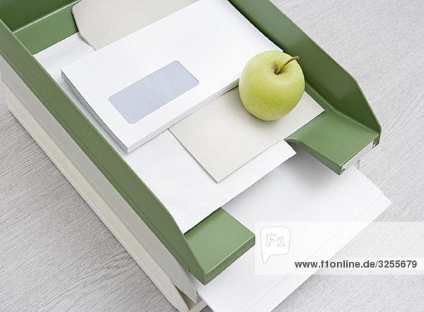 Apfel im Tablett
