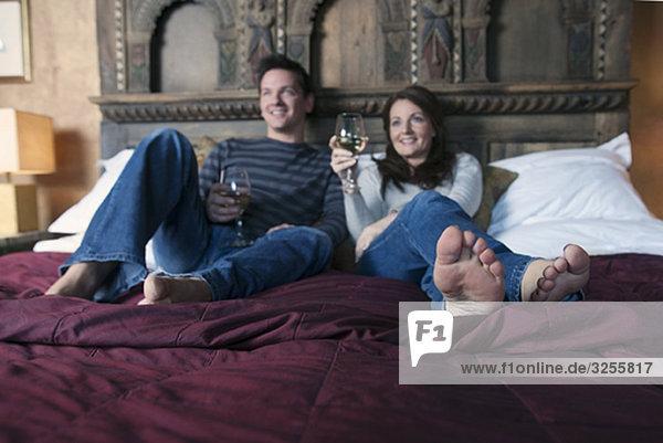 Paar entspannt auf dem Bett