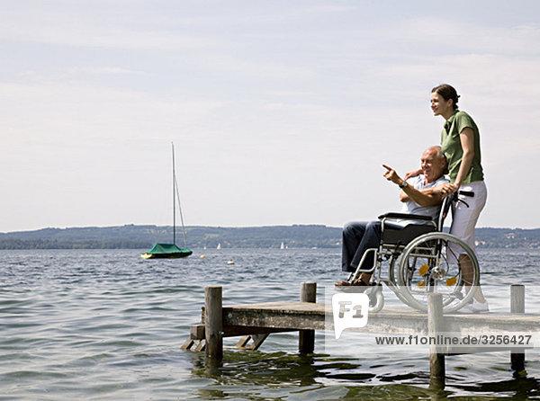 Frau und älterer Mann im Rollstuhl