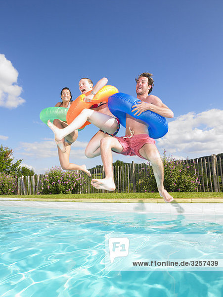 Leute  die in den Pool springen Leute, die in den Pool springen