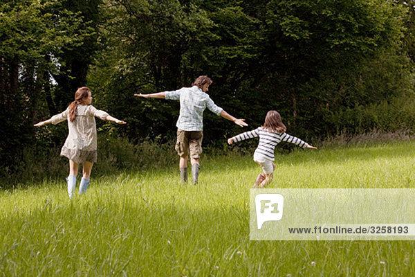 Familienlauf auf dem Land