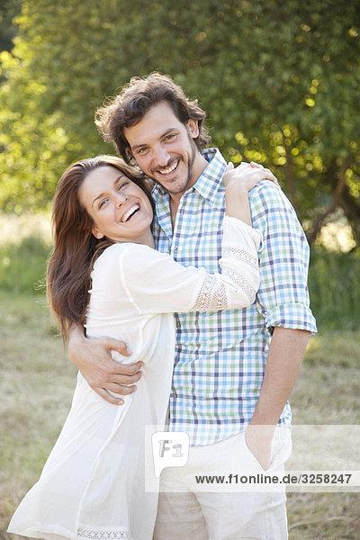 Porträt eines Paares  das sich im Land umarmt