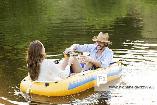 Paar im Beiboot auf einem Landsee