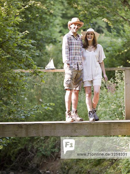 Mann und Frau auf der Landbrücke