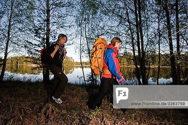 Zwei Frauen während einer Wanderung  Schweden.