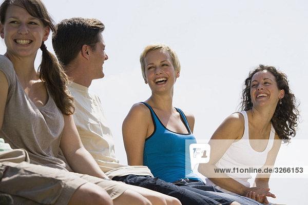 Deutschland  Bayern  Jugendliche lachen  Portrait