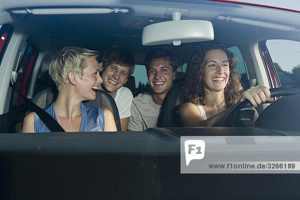Deutschland  Bayern  Jugendliche beim Autofahren  lächelnd  Portrait
