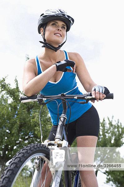 Frau auf dem Fahrrad  Porträt  Nahaufnahme