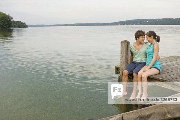 Deutschland  Bayern  Starnberger See  Junges Pärchen am Steg