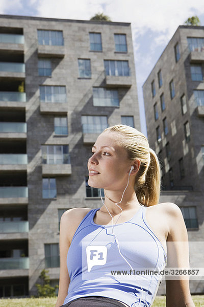 Junge Frau hört MP3-Player  Portrait