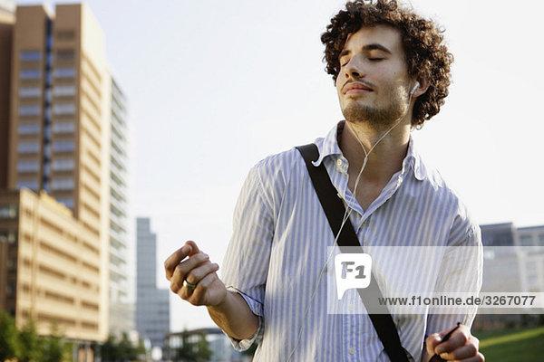 Junger Mann mit Kopfhörer  Tanzen  Portrait  Nahaufnahme Junger Mann mit Kopfhörer, Tanzen, Portrait, Nahaufnahme