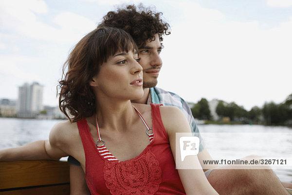 Deutschland  Berlin  Junges Paar auf Motorboot  Portrait