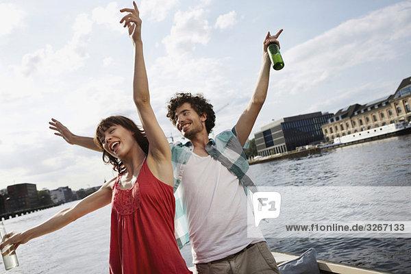 Deutschland  Berlin  Junges Paar auf dem Motorboot  Spaß haben