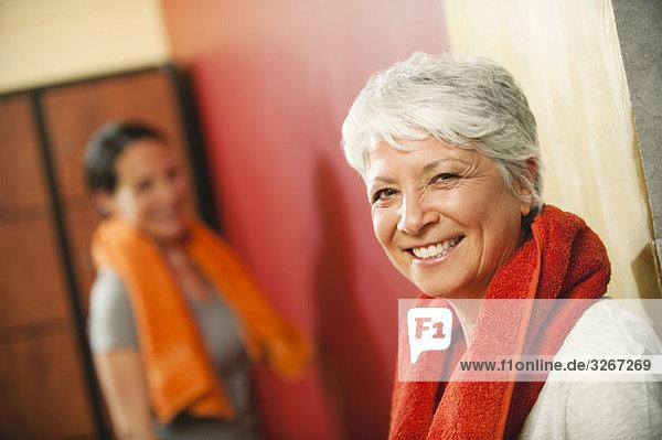 Zwei Frauen im Umkleideraum  lächelnd  Portrait Zwei Frauen im Umkleideraum, lächelnd, Portrait
