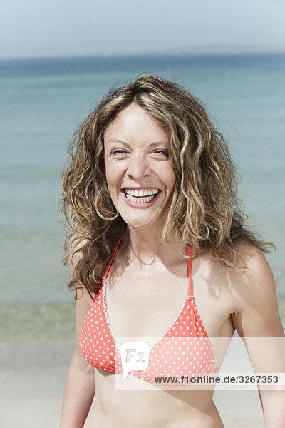 Spanien  Mallorca  Frau am Strand  lachend  Portrait