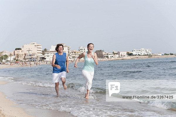 Spanien  Mallorca  Paar Jogging am Strand