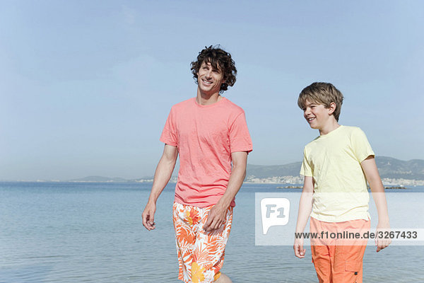 Spanien  Mallorca  Vater und Sohn (8-9) am Strand