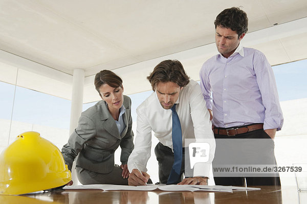 Architekten im Büro  die an Plänen arbeiten