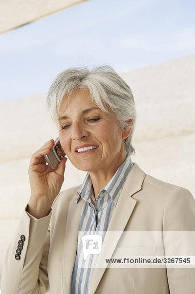 Spanien  Mallorca  Senior Geschäftsfrau mit Handy