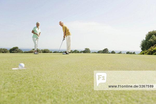 Spanien  Mallorca  Seniorenpaar beim Golfen