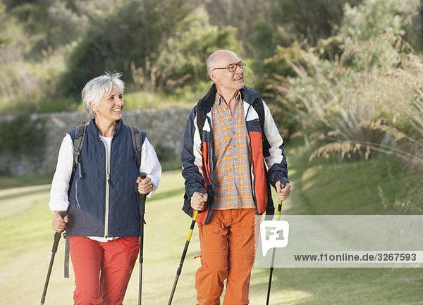 Spanien  Mallorca  Seniorenpaar Nordic Walking