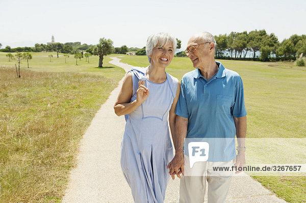Spanien  Mallorca  Seniorenpaar beim Spaziergang  Portrait