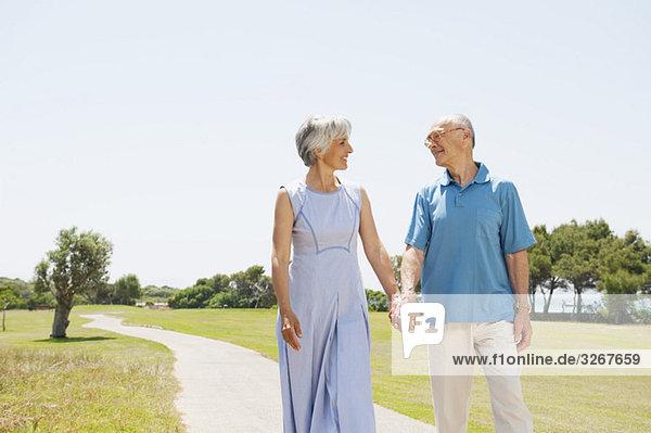 Spanien  Mallorca  Seniorenpaar Hand in Hand