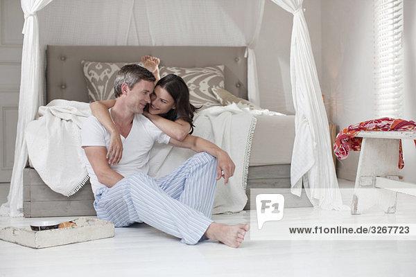 Deutschland  Hamburg  Paar im Schlafzimmer  umarmend