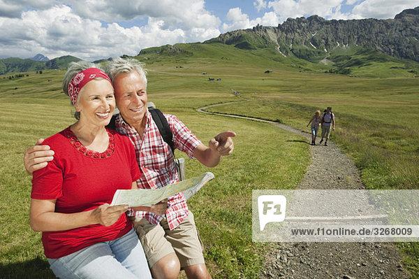 Italien  Seiseralm  Seniorenpaar mit Karte  lächelnd  Portrait