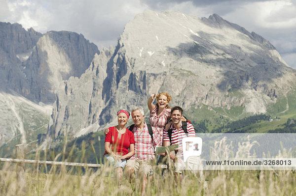 Italien  Seiseralm  Vier Personen auf der Karte  Portrait Italien, Seiseralm, Vier Personen auf der Karte, Portrait