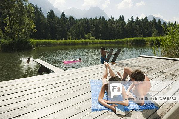Italien,  Südtirol,  Paar am Steg liegend,  entspannend
