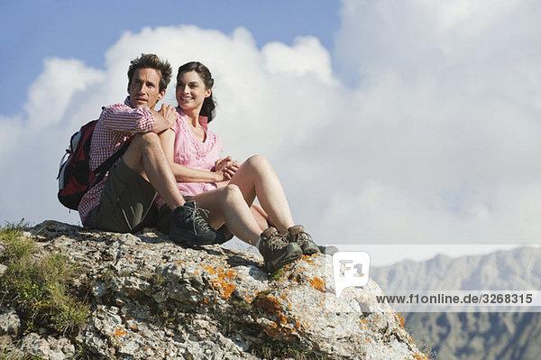 Italien  Südtirol  Wanderpaar auf Felsen sitzend