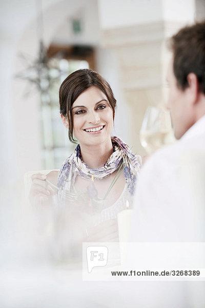 Paar im Restaurant mit Weingläsern  lächelnd  Portrait