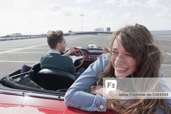Deutschland  Berlin  Paarfahren im Cabriolet  lächelnd  Portrait