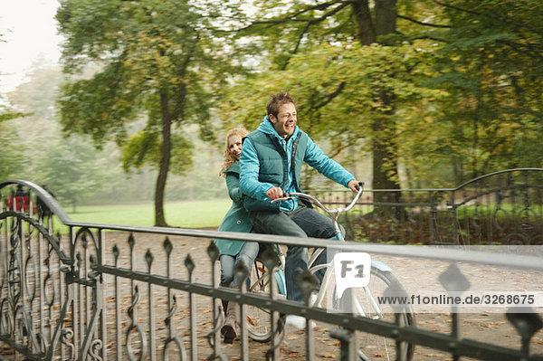 Deutschland  Bayern  München  Englischer Garten  Paarfahrräder