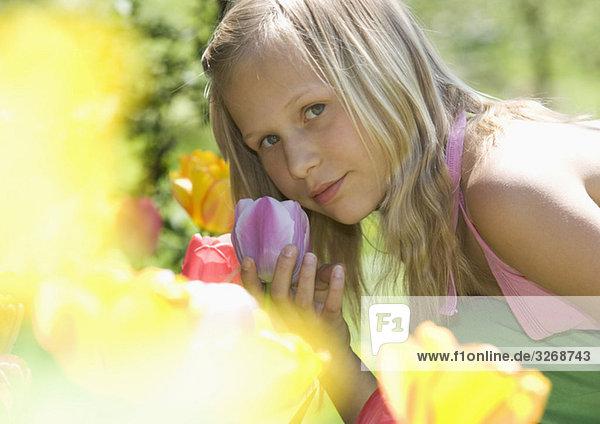 Österreich  Salzkammergut  Mädchen (10-11) duftende Blumen  Seitenansicht  Portrait