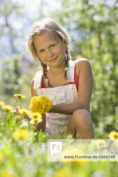Österreich  Salzkammergut  Mädchen (10-11) beim Blumenpflücken  Portrait