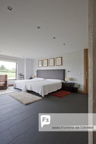 Innenräume des einem minimalistischen Schlafzimmer mit Schiefer Boden tiling