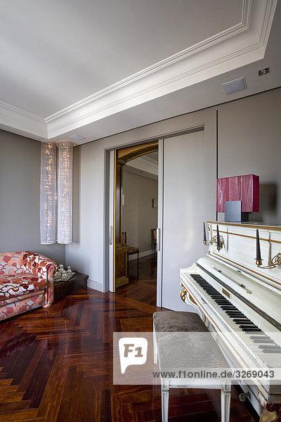 Klavier in einem Wohnzimmer