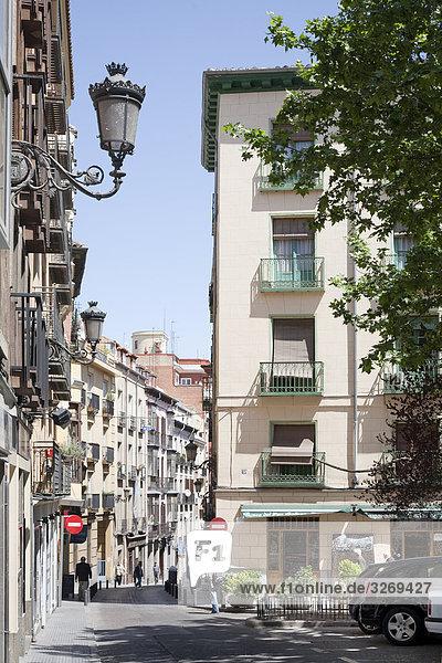 Gebäude entlang einer Straße  Madrid  Spanien